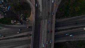 Взгляд сверху дороги моста воздушный с тележкой и автомобилем проходя покупку во время часа захода солнца золотого в весна 2019 Р сток-видео