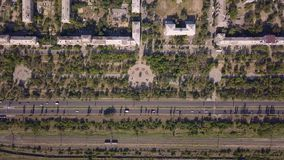 Взгляд сверху дороги мульти-майны с движением автомобилей, железной дорогой, парком, днем лета солнечным видеоматериал