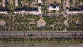 Взгляд сверху дороги мульти-майны с движением автомобилей, железной дорогой, парком, днем лета солнечным акции видеоматериалы