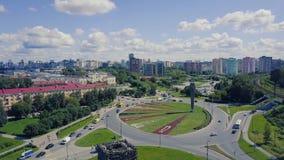 Взгляд сверху дороги с круговым движением зажим Взгляд сверху кругового движения в городе Стоковое Фото