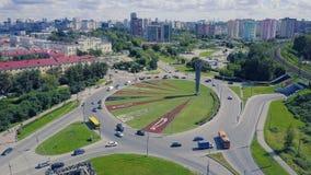 Взгляд сверху дороги с круговым движением зажим Взгляд сверху кругового движения в городе Стоковое фото RF