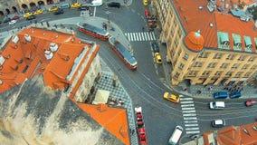 Взгляд сверху европейского города - Праги, большого пересечения с трамваем, городского движения, 4k акции видеоматериалы