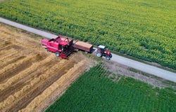 Взгляд сверху жатки и трактора зернокомбайна в поле Стоковая Фотография
