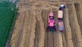 Взгляд сверху жатки и трактора зернокомбайна в поле Стоковые Изображения RF
