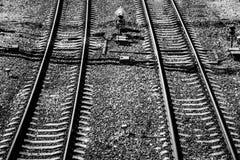 Взгляд сверху железнодорожного пути на солнечный день Стальные рельсы задавленный камень Конкретные слиперы иллюстрация предпосыл Стоковые Фото
