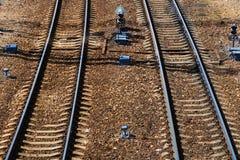 Взгляд сверху железнодорожного пути на солнечный день Стальные рельсы задавленный камень Конкретные слиперы иллюстрация предпосыл Стоковая Фотография RF