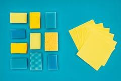 взгляд сверху желтых и голубых моя губок и ветошей Стоковые Изображения RF