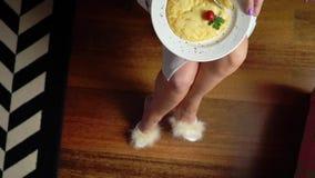 Взгляд сверху женщины вручает резать часть яичницы с ножом и вилкой Закройте вверх еды яичниц традиционно сток-видео