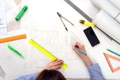 Взгляд сверху женщины рисуя геометрические формы на белой бумаге с карандашем, правителем, компасом конструктивная схема архитект Стоковые Фото