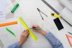 Взгляд сверху женщины рисуя геометрические формы на белой бумаге с карандашем, правителем, компасом конструктивная схема архитект Стоковые Изображения RF