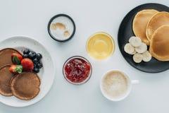 взгляд сверху завтрака для 2 с блинчиками и кофе стоковое фото rf