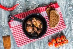 Взгляд сверху зажарило в духовке giblets цыпленк цыпленка в лотке и хлебе стоковое фото