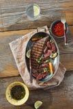 Взгляд сверху зажарило взгляд сверху соуса лотка мяса говядины деревянное Стоковое фото RF