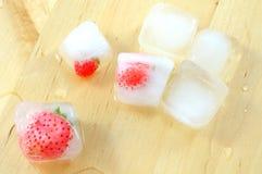 Взгляд сверху замороженных клубник в кубах льда Стоковое фото RF