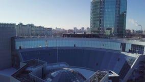 Взгляд сверху здания с крышей купола Обрамлять в потолке структуры купола сток-видео