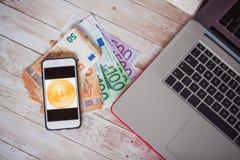 Взгляд сверху значка bitcoin на умном экране телефона, банкнотах евро стоковое изображение rf