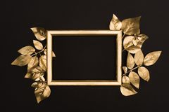 взгляд сверху золотых рамки и листьев фото Стоковые Фотографии RF