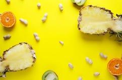Взгляд сверху зрелых плодов, unpeeled арахисов на яркой желтой поверхности стоковые изображения