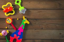 Взгляд сверху или плоское положение на красочных игрушках на темной деревянной предпосылке с космосом экземпляра стоковое фото