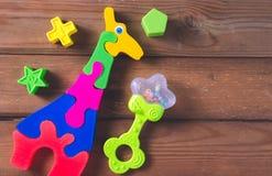 Взгляд сверху или плоское положение на красочных игрушках на темной деревянной предпосылке с космосом экземпляра стоковая фотография
