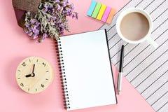 Взгляд сверху или плоское положение открытой бумаги тетради, букета высушенных полевых цветков, часов, кофейной чашки на таблице  стоковое изображение rf