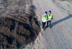 Взгляд сверху инженеров на строительной площадке стоковое фото rf