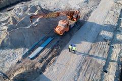 Взгляд сверху инженеров на строительной площадке стоковые фотографии rf