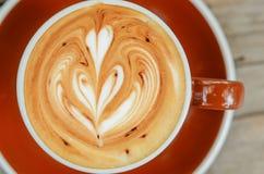 Взгляд сверху искусства latte кофе в коричневой чашке стоковые изображения rf
