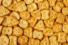Взгляд сверху испеченных, посоленных вкусных мини кренделей или шутих в различных формах Предпосылка текстуры еды Стоковая Фотография