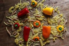 Взгляд сверху итальянского fusilli макаронных изделий с свежими овощами, томатами стоковое фото rf