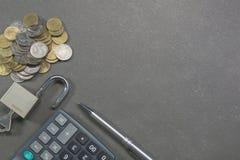 Взгляд сверху калькулятора, замка, ключа, ручки и монеток для финансового Стоковые Изображения