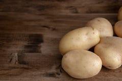 Взгляд сверху картошек на темной деревянной предпосылке стоковое изображение