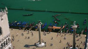 Взгляд сверху квадрата St Mark с воротами и гондолами Венеции акции видеоматериалы
