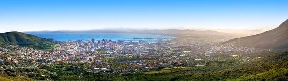 Взгляд сверху Кейптауна красивый панорамный от Столовой горы, панорамы пейзажа города и гавани морского порта на солнечном утре,  стоковая фотография
