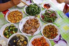 Взгляд сверху китайской еды семьи на таблице стоковое фото