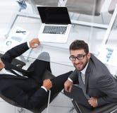 взгляд сверху Коллеги дела сидя на столе Стоковое Фото