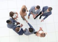 Взгляд сверху команда дела и рукопожатие деловых партнеров стоковое изображение