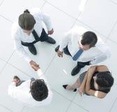 взгляд сверху команда дела обсуждая вопросы дела Стоковое фото RF
