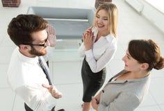 взгляд сверху команда дела споря в офисе Стоковое Изображение RF