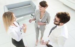 взгляд сверху команда дела споря в офисе Стоковая Фотография RF