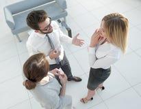взгляд сверху команда дела споря в офисе Стоковое фото RF