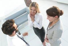 взгляд сверху команда дела споря в офисе Стоковое Изображение