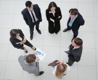 взгляд сверху команда дела с финансовыми диаграммами Стоковое Изображение RF