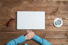 Взгляд сверху коммерсантки сидя на деревянном столе с компьтер-книжкой Стоковое Изображение