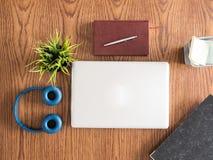 Взгляд сверху компьтер-книжки бизнесмена на деревянном столе Стоковая Фотография RF