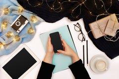 Взгляд сверху, конец-вверх планшета с пустым экраном в руках женщины одело в связанном свитере Рядом чашка  Стоковые Фото
