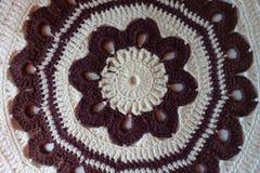 Взгляд сверху коричневой и белой handmade подушки вязания крючком Стоковое Изображение RF