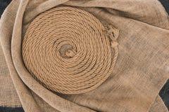 взгляд сверху коричневой морской веревочки аранжировало в круге на дерюге на темноте стоковые фотографии rf