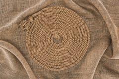 взгляд сверху коричневой морской веревочки аранжировало в круге стоковые изображения
