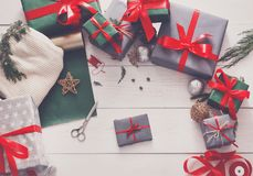 Взгляд сверху коробок подарка на рождество на белой деревянной предпосылке Стоковое Фото